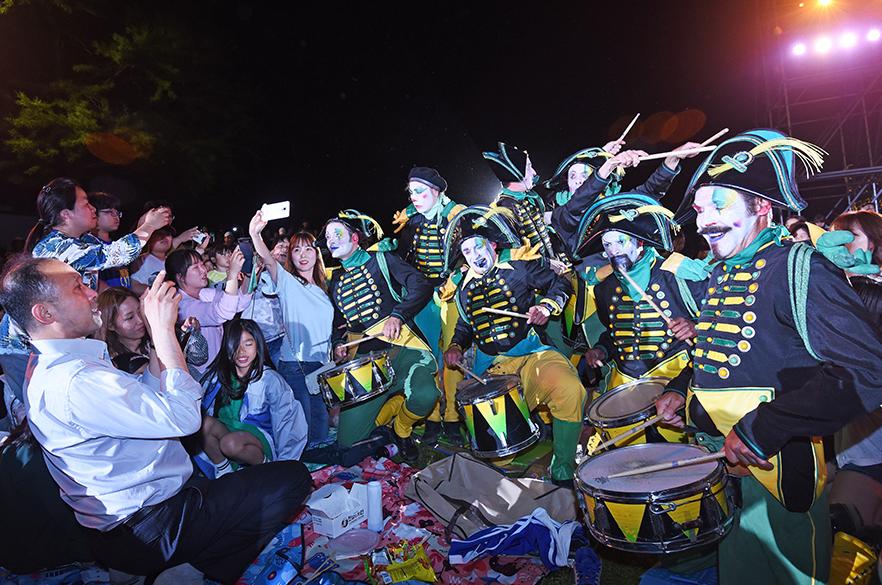 숲 속의 파티 '2018수원연극축제' 성료